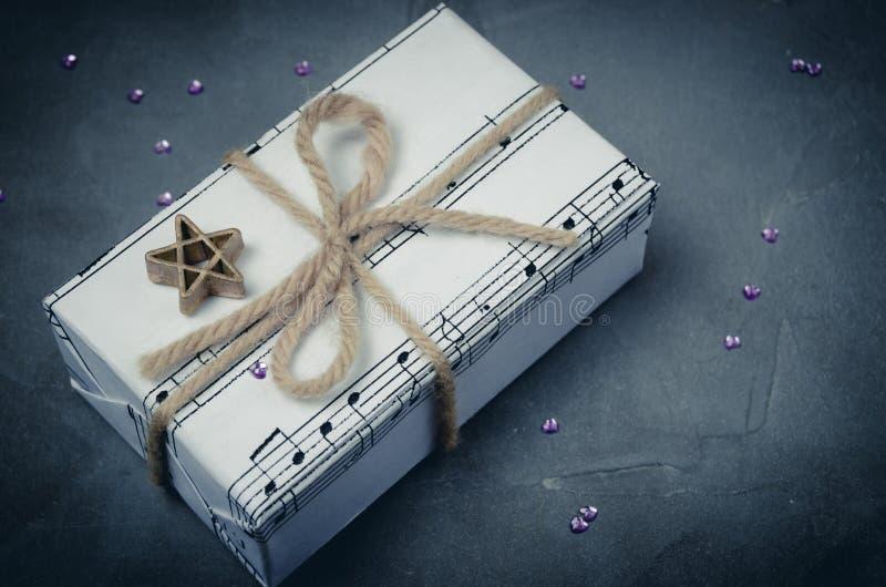 Μουσικό δώρο για τα Χριστούγεννα, το νέα έτος ή τα γενέθλια Δεμένος σε ένα τόξο με έναν αστερίσκο στοκ φωτογραφία με δικαίωμα ελεύθερης χρήσης