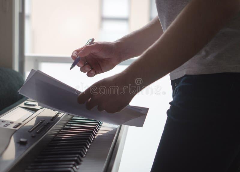 Μουσικών ιδέες τραγουδιού 'brainstorming' και καινοτομίας νέες στο πιάνο στοκ εικόνες με δικαίωμα ελεύθερης χρήσης