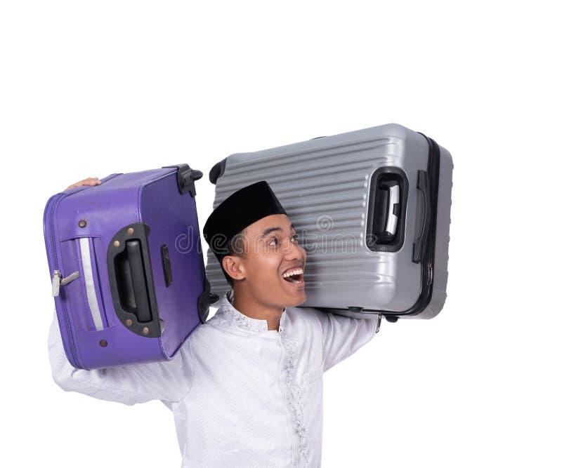 Μουσουλμανική αρσενική φέρνοντας βαλίτσα για τον εορτασμό του Mubarak eid στοκ εικόνες με δικαίωμα ελεύθερης χρήσης