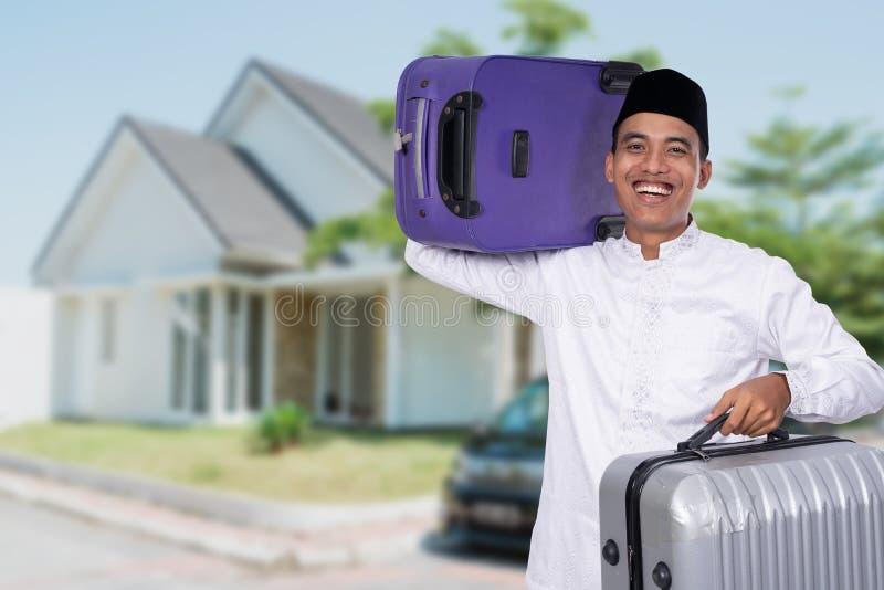 Μουσουλμανική αρσενική φέρνοντας βαλίτσα για τον εορτασμό του Mubarak eid στοκ φωτογραφίες
