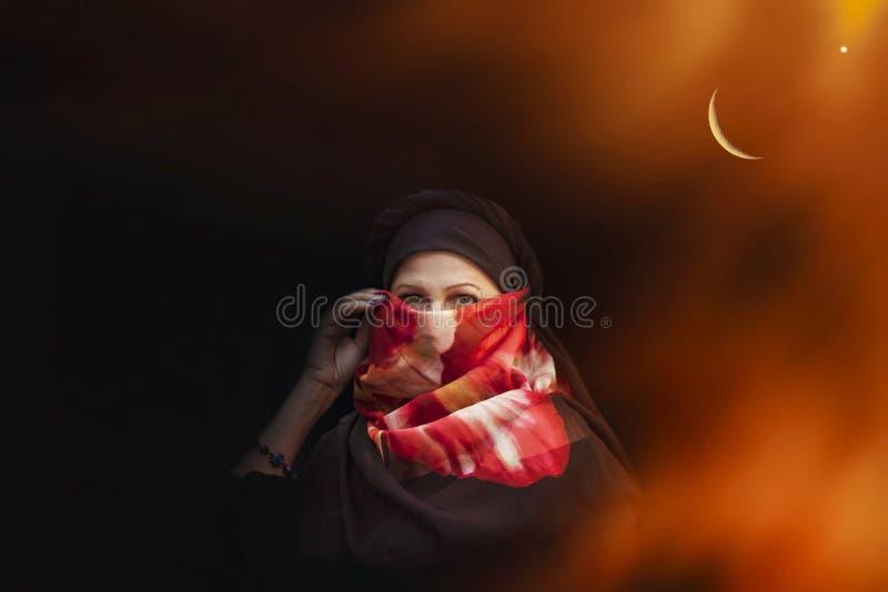 Μουσουλμανική γυναίκα οι γυναίκες κοιτάζουν αραβική όμορφη γυναίκα πο&rho στοκ εικόνες