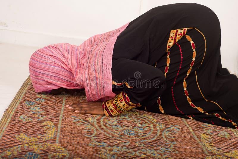 Μουσουλμανική γυναίκα που προσεύχεται στο μουσουλμανικό τέμενος κατά τη διάρκεια Ramadan στοκ εικόνα