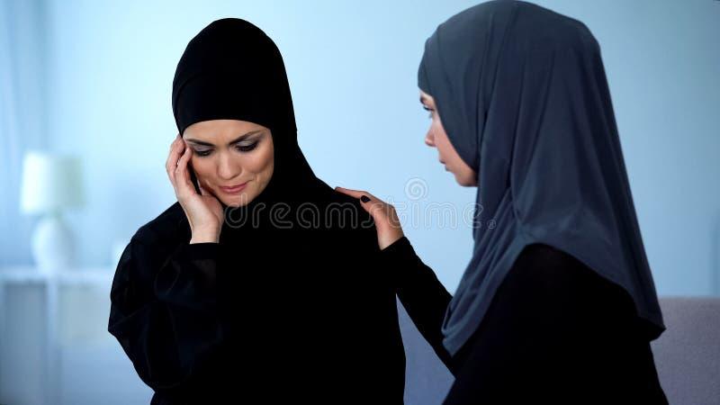 """Μουσουλμανική γυναίκα που υποστηρίζει Ï""""Î¿ θηλυκό φίλο που πάσχει από Ï""""Î στοκ εικόνες"""