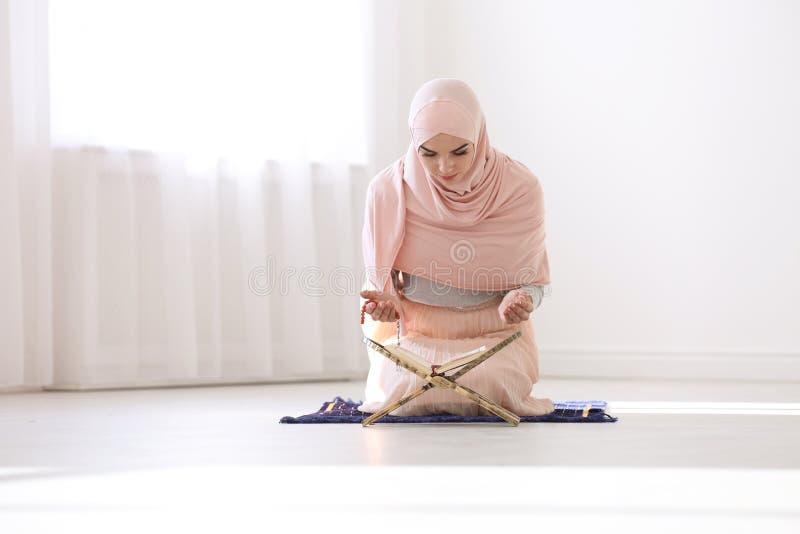 Μουσουλμανική γυναίκα στην ανάγνωση Koran hijab στοκ εικόνα με δικαίωμα ελεύθερης χρήσης