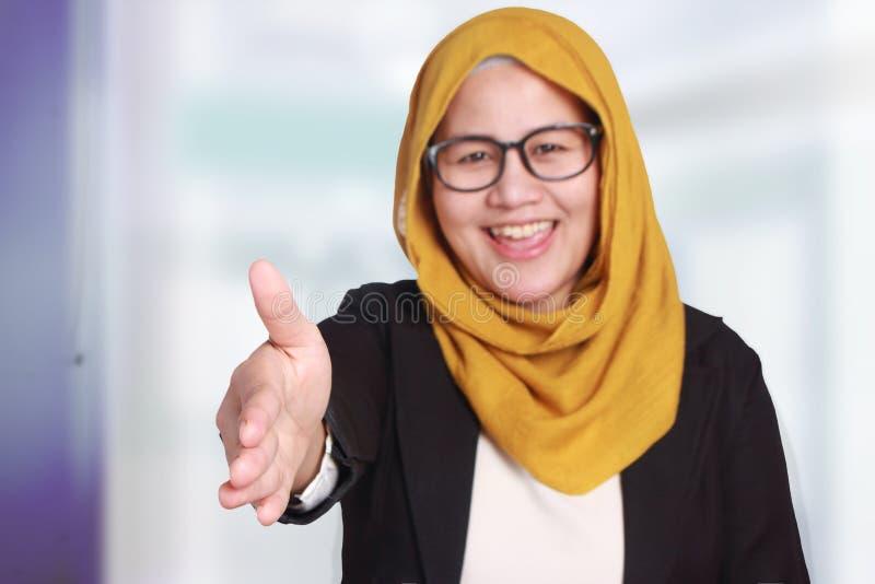 Μουσουλμανική επιχειρηματίας που προσφέρει τη χειρονομία χειραψιών στοκ εικόνες με δικαίωμα ελεύθερης χρήσης