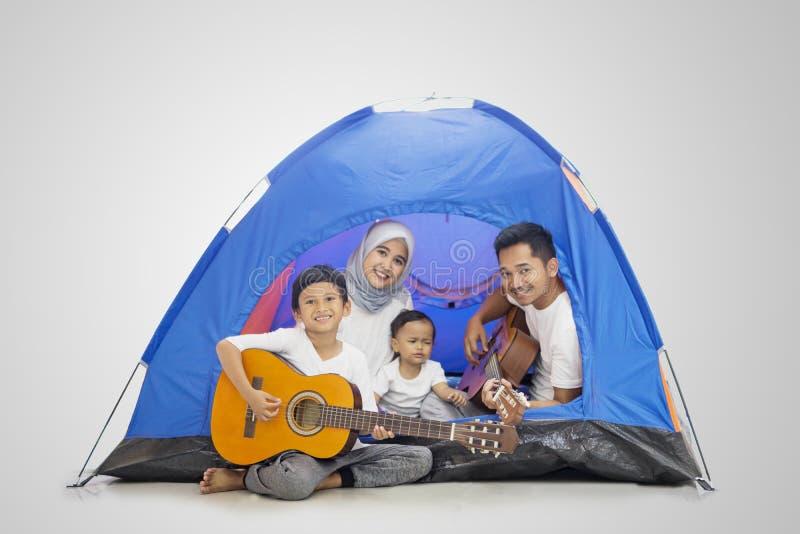 Μουσουλμανική οικογένεια που απολαμβάνει μια στρατοπέδευση με τις κιθάρες στοκ φωτογραφίες