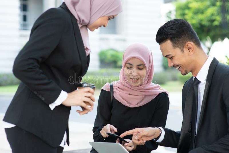Μουσουλμανική συζήτηση επιχειρηματιών στοκ εικόνες