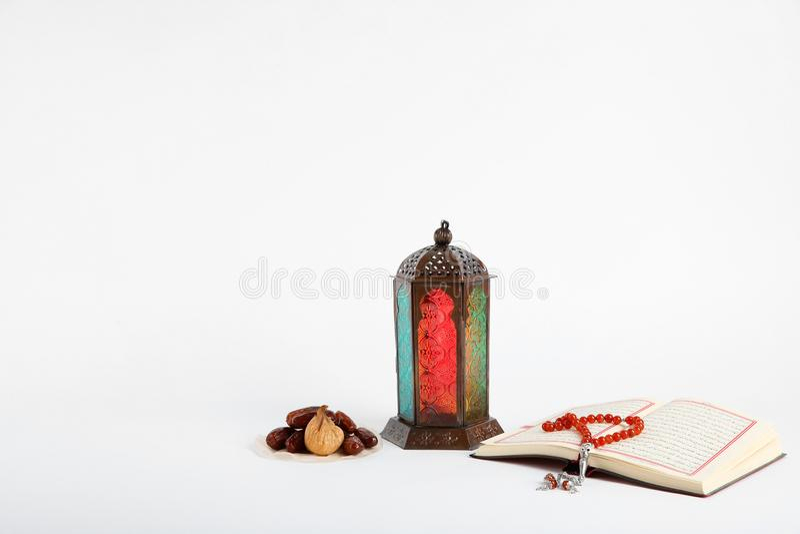 Μουσουλμανικός λαμπτήρας, ημερομηνίες, χάντρες Koran και προσευχής στοκ φωτογραφίες