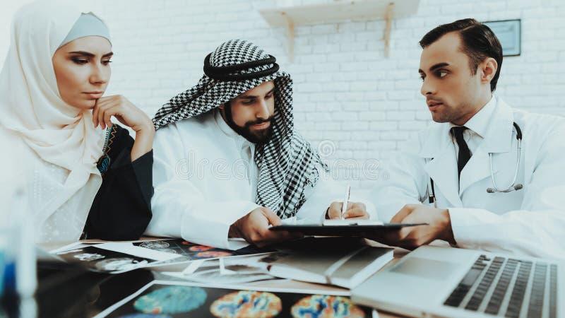Μουσουλμανικός οικογενειακός επισκεπτόμενος γιατρός στην ιατρική κλινική στοκ φωτογραφίες με δικαίωμα ελεύθερης χρήσης