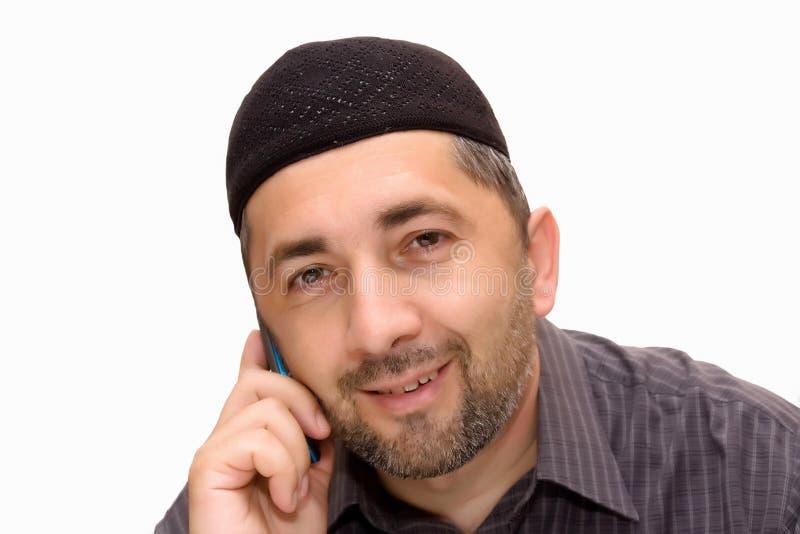 Μουσουλμανικό άτομο που μιλά πέρα από κινητό στοκ εικόνες με δικαίωμα ελεύθερης χρήσης