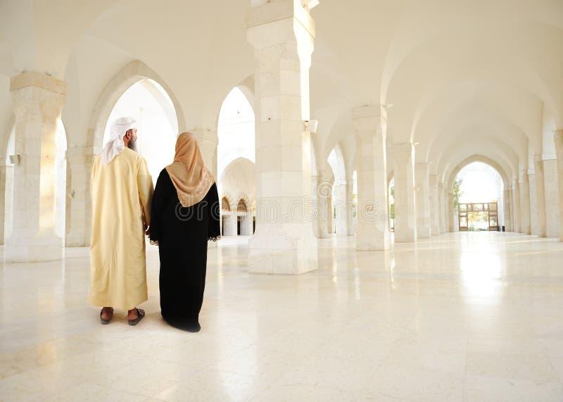 Μουσουλμανικό αραβικό ζεύγος μέσα στο σύγχρονο κτήριο στοκ φωτογραφία