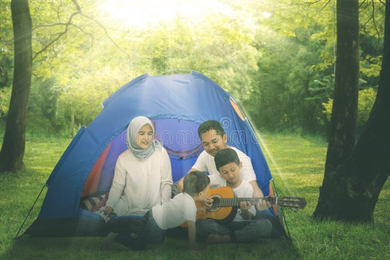 Μουσουλμανικό οικογενειακό τραγούδι με μια κιθάρα στη σκηνή στοκ φωτογραφίες με δικαίωμα ελεύθερης χρήσης