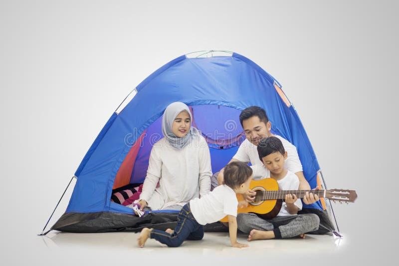 Μουσουλμανικό οικογενειακό τραγούδι στη σκηνή με την κιθάρα στοκ φωτογραφία