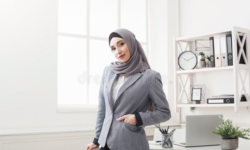 Μουσουλμανικό πορτρέτο επιχειρηματιών στο γραφείο στοκ εικόνες