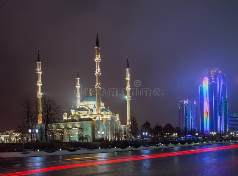 Μουσουλμανικό τέμενος η καρδιά Τσετσενίας και οι πύργοι της πόλης του Γκρόζνυ στο θόριο στοκ φωτογραφία με δικαίωμα ελεύθερης χρήσης