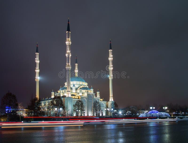 Μουσουλμανικό τέμενος η καρδιά Τσετσενίας και οι πύργοι της πόλης του Γκρόζνυ στο θόριο στοκ φωτογραφία