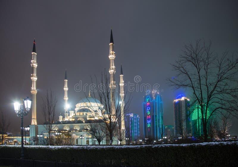 Μουσουλμανικό τέμενος η καρδιά Τσετσενίας και οι πύργοι της πόλης του Γκρόζνυ στο θόριο στοκ εικόνες