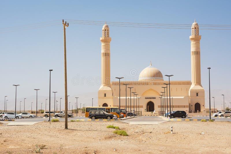 Μουσουλμανικό τέμενος με τα σταθμευμένα αυτοκίνητα στα περίχωρα Sur Ομάν στοκ φωτογραφίες