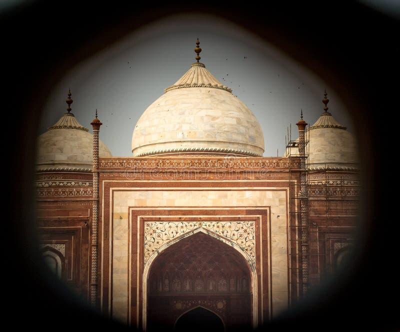 Μουσουλμανικό τέμενος σε Taj Mahal που λαμβάνεται μέσω μιας τρύπας δικτυωτού πλέγματος στοκ εικόνες
