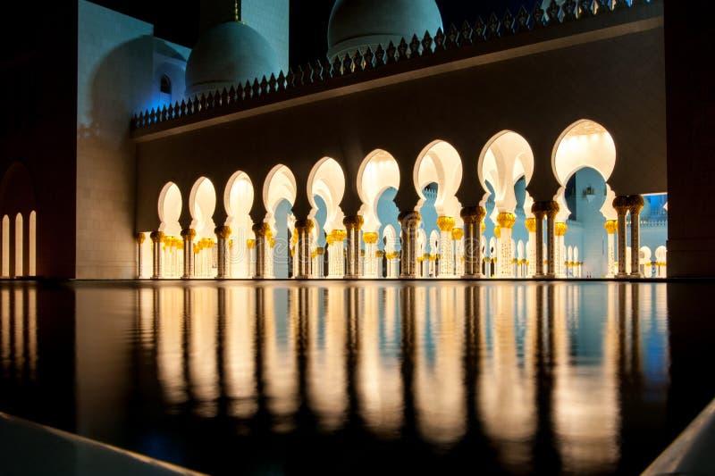 Μουσουλμανικό τέμενος στο Αμπού Ντάμπι τη νύχτα Ντουμπάι Ηνωμένα Αραβικά Εμιράτα στοκ εικόνα με δικαίωμα ελεύθερης χρήσης