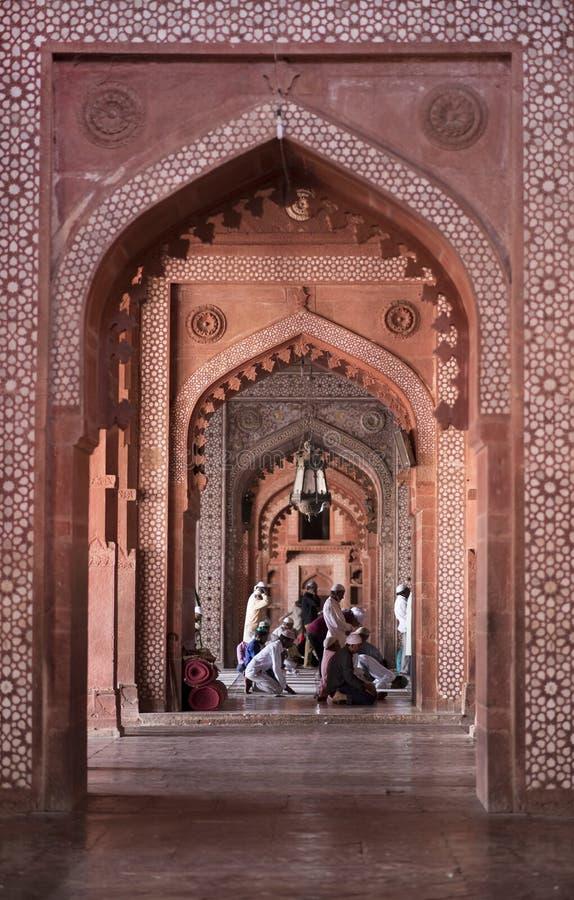Μουσουλμάνοι που προσεύχονται το εσωτερικό μουσουλμανικό τέμενος Παρασκευής Jama Masjid στοκ φωτογραφία