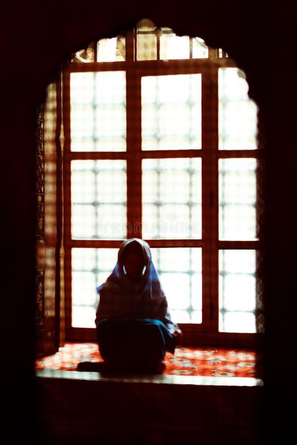 Μουσουλμάνος που προσεύχεται στο μπλε μουσουλμανικό τέμενος, Τουρκία στοκ εικόνα με δικαίωμα ελεύθερης χρήσης