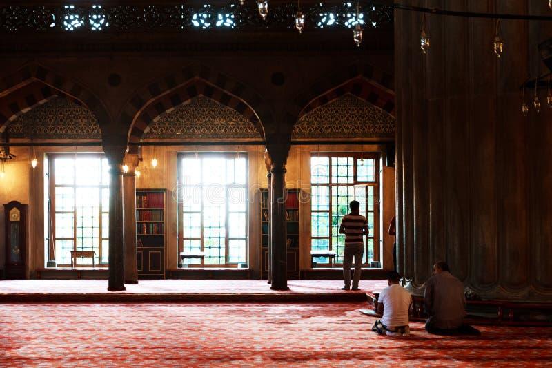 Μουσουλμάνος που προσεύχεται στο μπλε μουσουλμανικό τέμενος, Τουρκία στοκ εικόνες