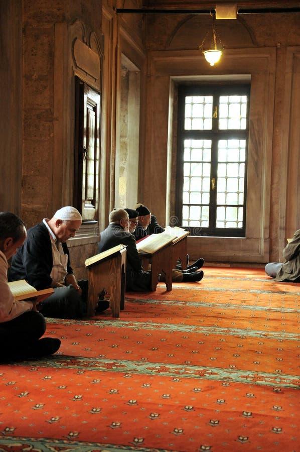 Μουσουλμανικά άτομα που διαβάζουν το ιερό Quran στοκ εικόνες με δικαίωμα ελεύθερης χρήσης