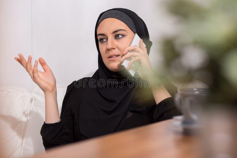 Μουσουλμανικά κορίτσι και τηλέφωνο στοκ εικόνες