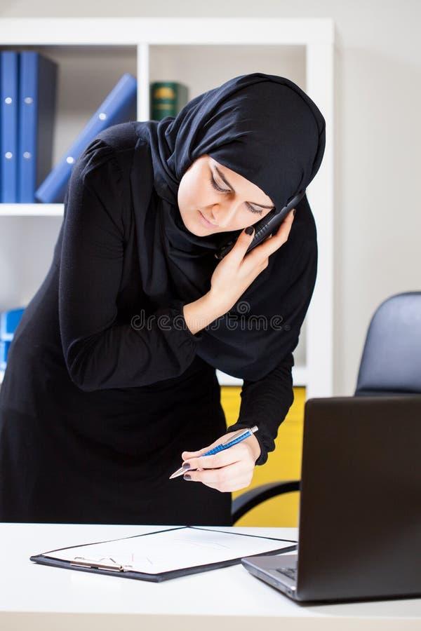 Μουσουλμανική επιχειρηματίας που είναι στο τηλέφωνο στοκ φωτογραφία με δικαίωμα ελεύθερης χρήσης