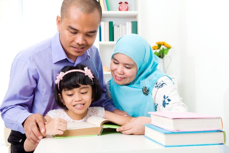 Μουσουλμανική οικογενειακή ανάγνωση στοκ εικόνα με δικαίωμα ελεύθερης χρήσης