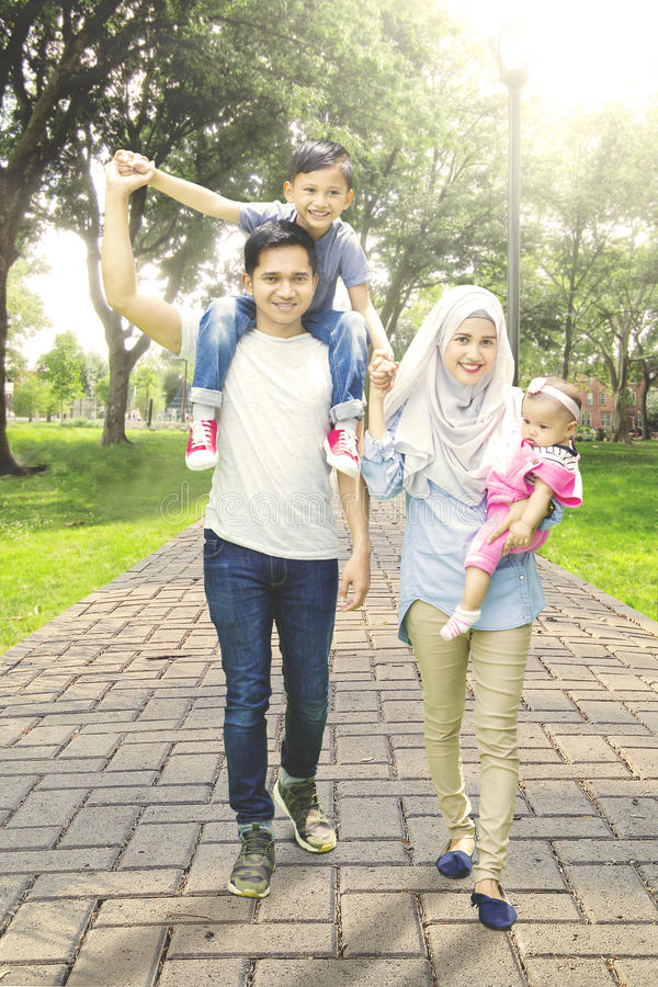 Μουσουλμανικός οικογενειακός περίπατος στον τρόπο πάρκων στοκ εικόνα με δικαίωμα ελεύθερης χρήσης