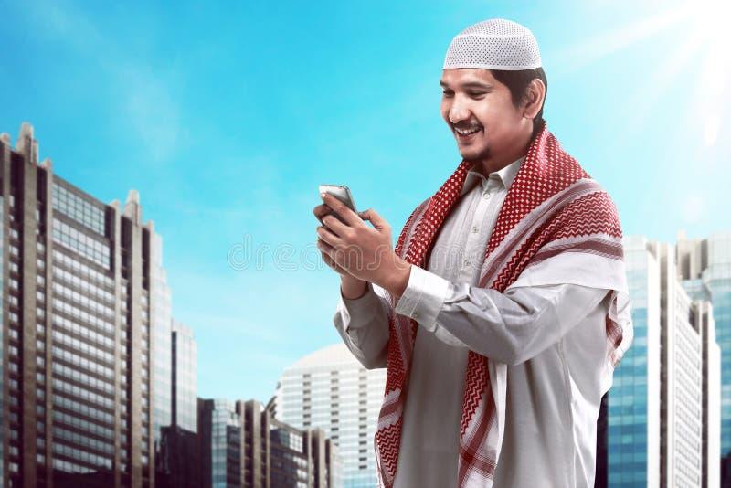Μουσουλμανικό κινητό τηλέφωνο εκμετάλλευσης ατόμων στοκ φωτογραφία