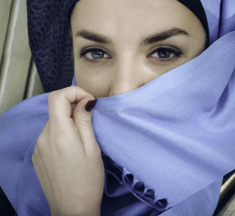 Μουσουλμανικό κορίτσι Νέα αραβική γυναίκα στο hijab yashmak στοκ φωτογραφίες