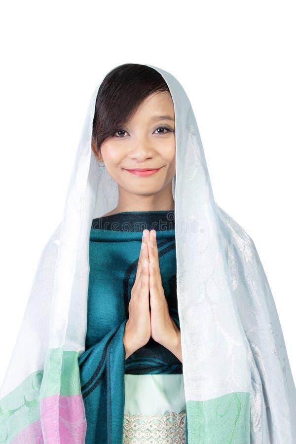 Μουσουλμανικό κορίτσι που χαμογελά στη κάμερα, που απομονώνεται στο λευκό στοκ εικόνες