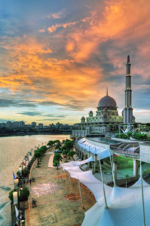 Μουσουλμανικό τέμενος από την όχθη της λίμνης στοκ εικόνα