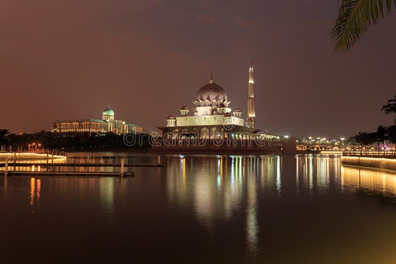 Μουσουλμανικό τέμενος και Putra Perdana Putra στο ηλιοβασίλεμα στοκ φωτογραφία με δικαίωμα ελεύθερης χρήσης
