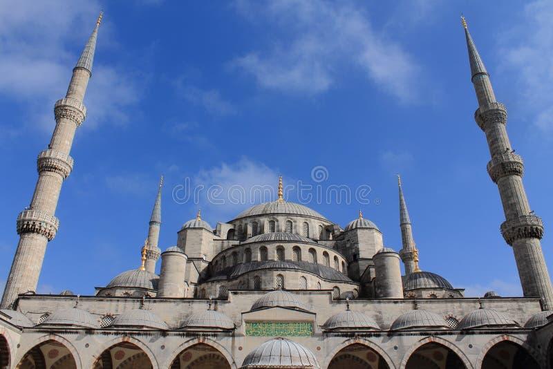Μουσουλμανικό τέμενος του άσπρου μπλε μουσουλμανικού τεμένους πετρών στοκ φωτογραφίες με δικαίωμα ελεύθερης χρήσης