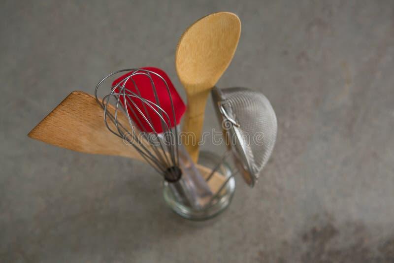Μουστάκι, ξύλινο κουτάλι, διηθητήρας και spatula στοκ εικόνα