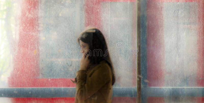 Μουτζουρωμένη νέα γυναίκα που περπατά έξω της μετάβασης οδών υπογείων και στοκ φωτογραφίες