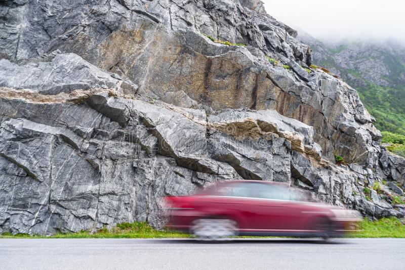 Μουτζουρωμένη οδήγηση αυτοκινήτων γρήγορα στα βουνά στοκ εικόνες