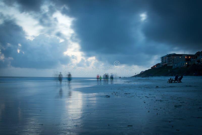 Μουτζουρωμένοι περιπατητές παραλιών στην μπλε παραλία βουνών στοκ φωτογραφίες με δικαίωμα ελεύθερης χρήσης