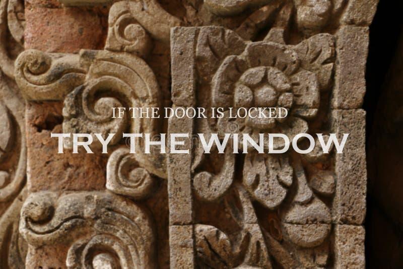 Μουτζουρωμένος αρχαίος τοίχος με το εμπνευσμένο απόσπασμα - εάν η πόρτα είναι κλειδωμένη δοκιμάζει το παράθυρο στοκ φωτογραφία με δικαίωμα ελεύθερης χρήσης