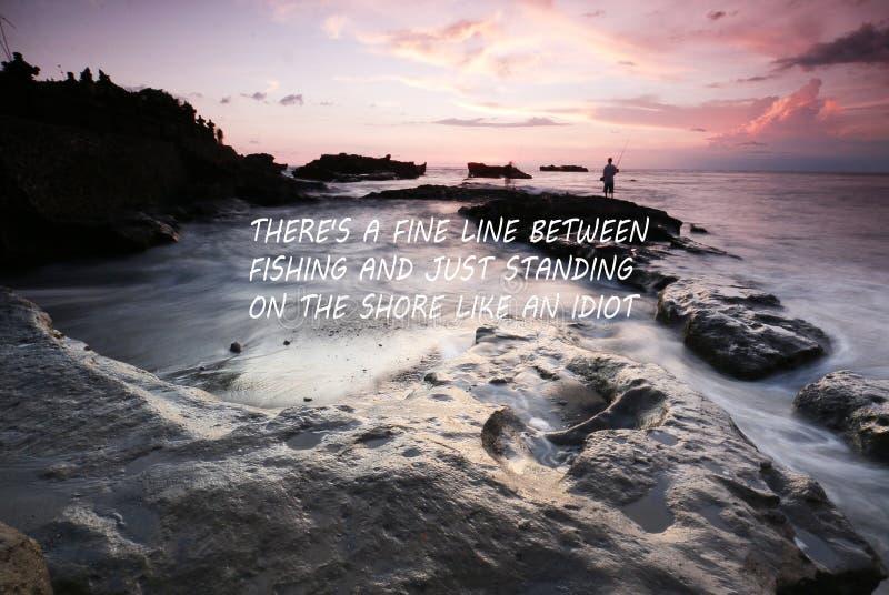 Μουτζουρωμένο ηλιοβασίλεμα στην παραλία με το εμπνευσμένο απόσπασμα - εκεί μια λεπτή γραμμή μεταξύ της αλιείας και ακριβώς της στ στοκ φωτογραφία με δικαίωμα ελεύθερης χρήσης