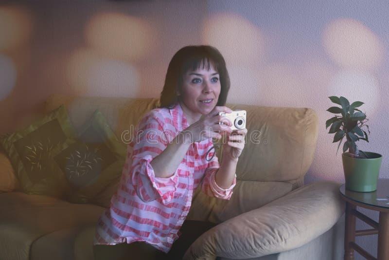Μουτζουρωμένο πορτρέτο της χαμογελώντας γυναίκας στοκ φωτογραφίες