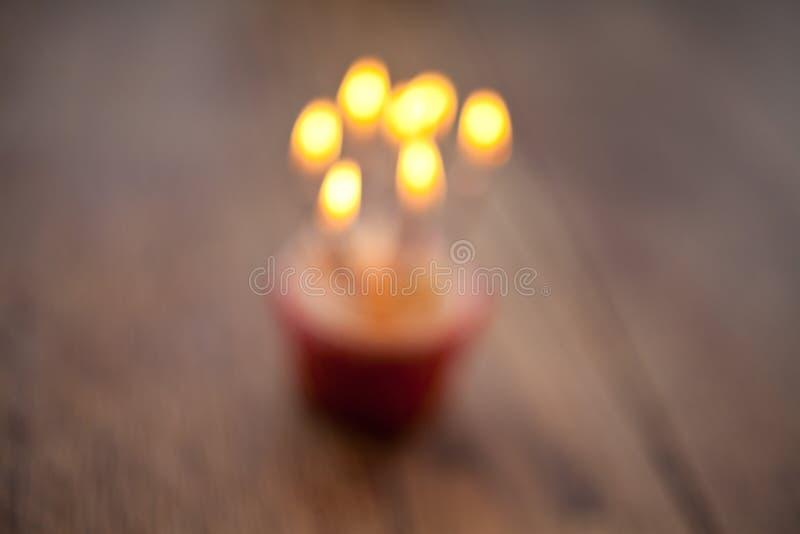 Μουτζουρωμένο υπόβαθρο γενεθλίων cupcake με τα μέρη των αναμμένων κεριών στοκ εικόνες με δικαίωμα ελεύθερης χρήσης