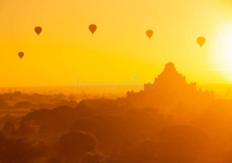 Μουτζουρωμένο όμορφο μπαλόνι ζεστού αέρα στην ανατολή, Bagan, το Μιανμάρ στοκ εικόνα