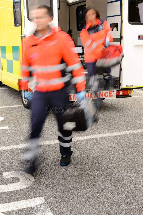 Μουτζουρωμένο paramedics που βγαίνει από το αυτοκίνητο ασθενοφόρων στοκ εικόνες