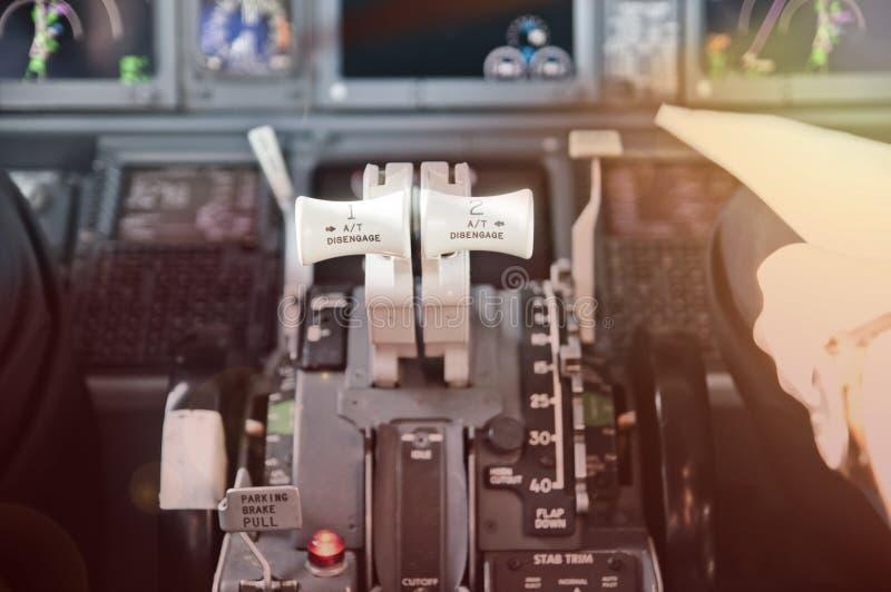 Μοχλοί ρυθμιστικών βαλβίδων, έτοιμοι να πάνε Αεριωθούμενο πιλοτήριο επιβατηγών αεροσκαφών στοκ φωτογραφία με δικαίωμα ελεύθερης χρήσης