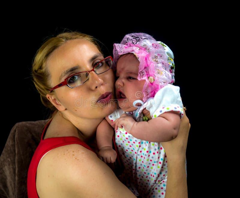Μούμια και το παιδί της στο Μαύρο στοκ φωτογραφίες με δικαίωμα ελεύθερης χρήσης